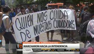 [T13 Tarde] Estudiantes de UAHC marcharon hacia la Intendencia Metropolitana