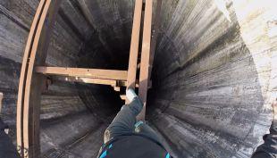 [VIDEO] ¿Tu lo harías?: rumano subió a chimenea de 280 metros y se grabó para contarlo