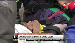 [T13 Tarde] Dos heridos graves y ocho leves en Valparaiso tras choque frontal de micros