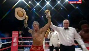 [VIDEO] Mira cómo Mickey Rourke volvió a subirse a un cuadrilátero de boxeo a los 62 años