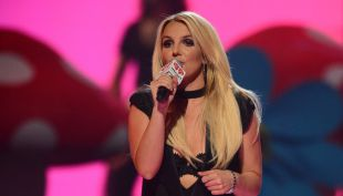 [VIDEO] Britney Spears pierde su cabello en pleno concierto