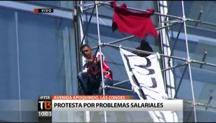 Trabajador despedido protesta en piso 14 de edificio en Las Condes