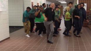 [VIDEO] El baile de un profesor y sus alumnos que hizo llorar a Bruno Mars