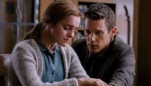 """[VIDEO] El nuevo trailer de """"Regresión"""", la película de terror de Emma Watson"""