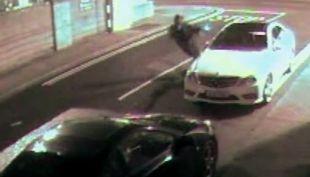 [VIDEO] Ladrón intenta romper vidrio de un auto con un ladrillo que rebota y lo noquea
