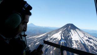 [VIDEO] Las imágenes del sobrevuelo de un helicóptero al volcán Villarrica