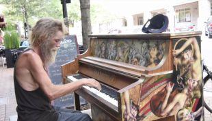 [VIDEO] Pianista sin hogar sorprende a habitantes de Florida