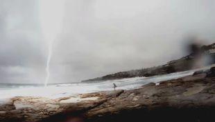 [VIDEO] Pareja es sorprendida por un rayo en Australia
