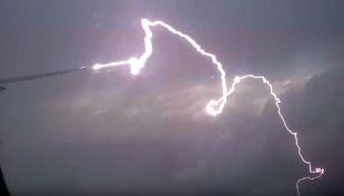 [VIDEO] Graban momento exacto en que un rayo golpea a un avión