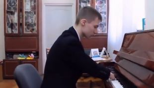 [VIDEO] Joven ruso enamora con su habilidad al tocar piano