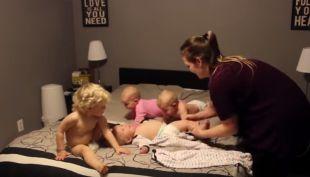 [VIDEO] Supermamá muestra el largo proceso para vestir a sus cuatros hijos al mismo tiempo