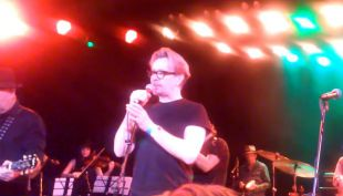 [VIDEO] Gary Oldman y Ewan McGregor cantaron en concierto tributo a David Bowie