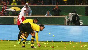 [VIDEO] Hinchas del Dortmund protestan lanzando pelotas de tenis en pleno partido