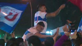[VIDEO] Los festejos de Castillo y Bravo junto a los hinchas de la UC en Plaza Italia