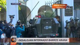 [VIDEO] Vehículo de Carabineros ingresó al INBA durante su desalojo