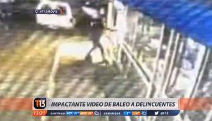 [VIDEO] Impactante registro muestra baleo a delincuentes durante asalto