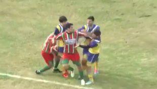 [VIDEO] Los duros golpes que terminaron en tragedia dentro de una cancha de fútbol