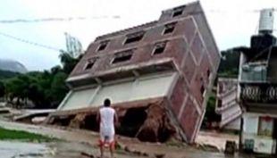 En cuestión de segundos este edificio de tres pisos se cae en China