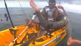 [VIDEO] Pescador graba el momento exacto en que un pequeño tiburón intentó atacarlo