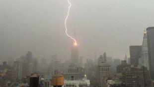 [VIDEO] El momento exacto en que el Empire State es alcanzado por un rayo