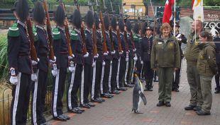 [VIDEO] Pingüino asciende a brigadier en Noruega y es condecorado por el ejército