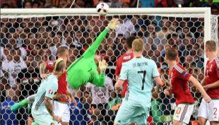 [VIDEO] Esta atajada del húngaro Kiraly fue elegida la mejor de la temporada por la UEFA