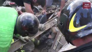 [VIDEO] Terremoto en Italia: El momento en el que rescatan a una niña de debajo de los escombros