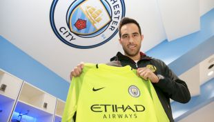 [VIDEO] Claudio Bravo no convence a los hinchas del Manchester City