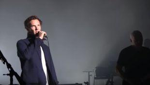 Gilmour sorprende en concierto al cantar Comfortably Numb junto a Benedict Cumberbatch