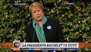[VIDEO] Presidenta Bachelet llega a votar, pero olvidó su carnet y no firmó el libro