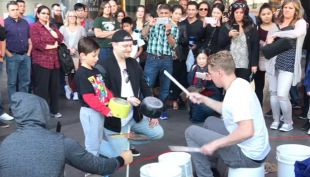 [VIDEO] El muchacho del cubo que sorprende en las calles de Londres tocando batería