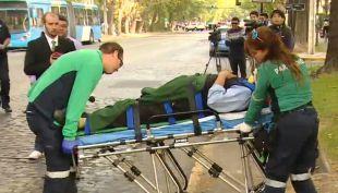 [VIDEO] Árbol de 25 metros cae sobre un ciclista en Providencia