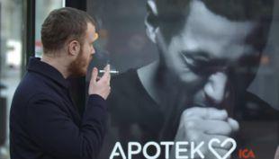 [VIDEO] Este cartel sueco tose cada vez que alguien fuma cerca
