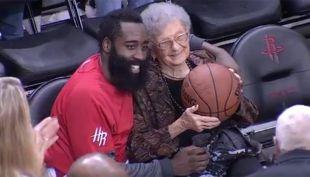 [VIDEO] El notable gesto de estrella de la NBA con fanática que cumplía 100 años