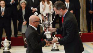 [VIDEO] Sampaoli recibe trofeo de manos del Rey de España por la Copa América ganada con Chile