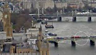 [VIDEO] El momento en que una mujer cae al río Támesis desde el puente de Westminster
