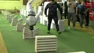 [VIDEO] El increíble récord del joven que rompió 111 ladrillos de cemento con su cabeza en Bosnia