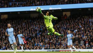 [VIDEO] La gran doble atajada de Claudio Bravo en el duelo del City ante Manchester United