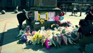 [VIDEO] Miles de personas rinden homenaje a víctimas por atentado en Manchester