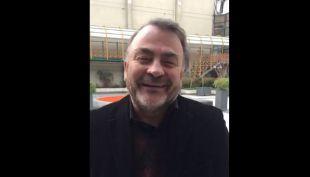 El diputado Pepe Auth conversa con el Fanpage de T13 a la salida de En Buen Chileno