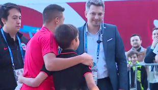 [VIDEO] Alexis Sánchez logra mención Protectores del Fútbol al compartir con pequeño hincha