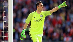 Posible llegada de Pepe Reina a Manchester City complica panorama de Claudio Bravo
