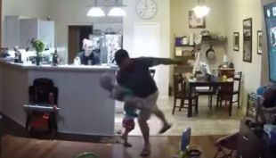 [VIDEO] Jugaba con su hijo, chocó con el otro y realizó espectacular maniobra para evitar su caída