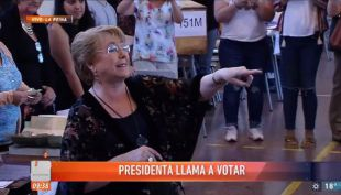 Presidenta Bachelet devuelve carnet olvidado
