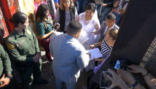 [VIDEO] Emoción en la frontera: la pareja que se casó en medio de EEUU y México