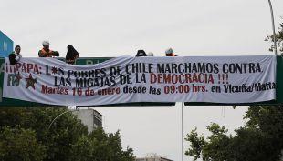 [VIDEO] Jóvenes cuelgan pancarta en Plaza Italia en protesta contra el Papa