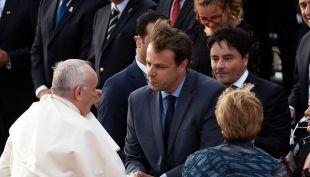 [VIDEO] Alcaldes se desordenan y rompen el protocolo para saludar al Papa
