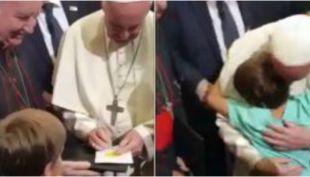 [VIDEO] Niño consigue autógrafo y abrazo del Papa Francisco