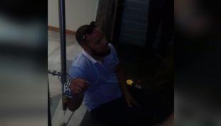 [VIDEO] Esposado a LAW: Hombre se encadenó para exigir su dinero de vuelta
