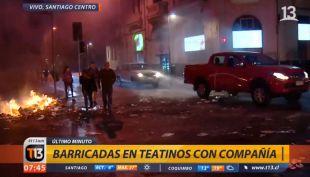 [VIDEO] Desconocidos encienden barricada de basura en el centro de Santiago